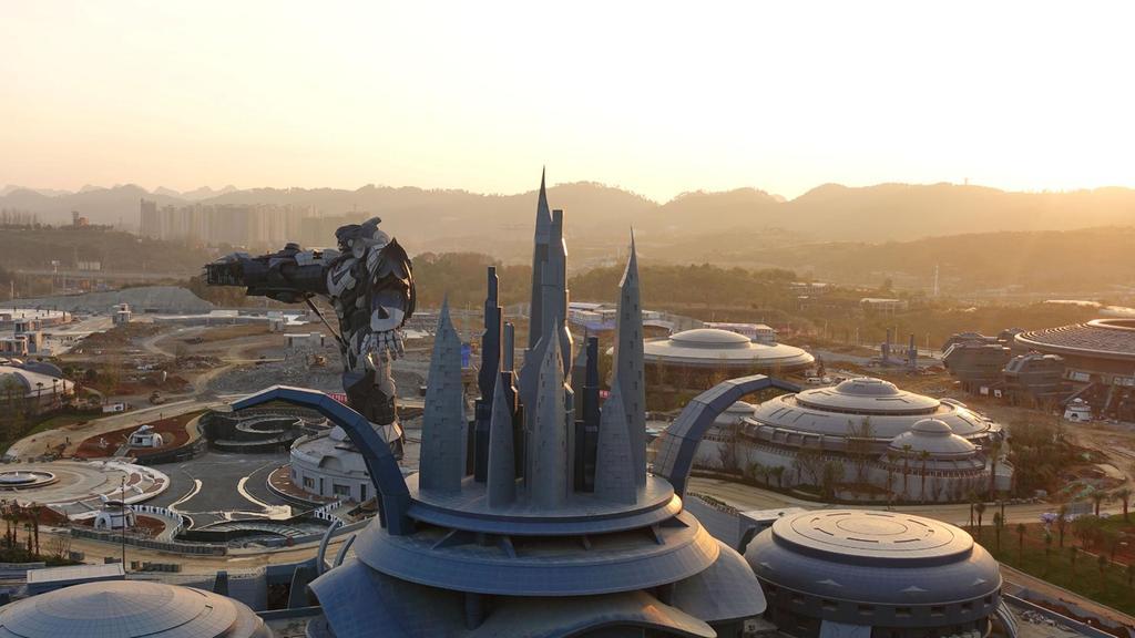 En el lugar, se construye un robot Transformer gigante con una altura de 53 metros y 750 toneladas de acero puro, desde el que se podrá realizar puenting.