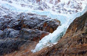 Hombre sobrevive a una caída de 30 metros en una grieta glaciar al sur de Jasper