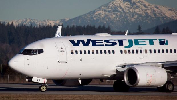 """WestJet se disculpa por pedirle a los clientes que """"graben"""" a sus asistentes de vuelo"""