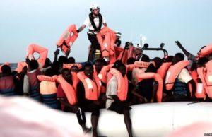 España ofrece ayuda a un barco varado con 600 inmigrantes a bordo