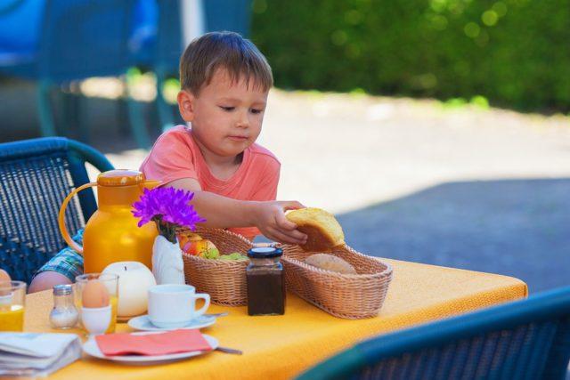 Organización benéfica reparte cerca de 4,000 almuerzos escolares por día a niños necesitados