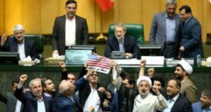 Legisladores iraníes queman la bandera estadounidense luego de que Trump abandonara el acuerdo nuclear