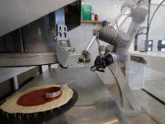 Robot pizzero con 3 brazos puede hacer hasta 120 pizzas por hora