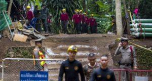 Buzos rescatan a 4 de los niños atrapados en una cueva en Tailandia, 8 permanecen atrapados