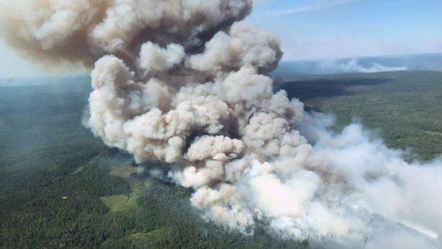 Incendio forestal al norte de Ontario está fuera de control y amenaza la carretera transcanadiense