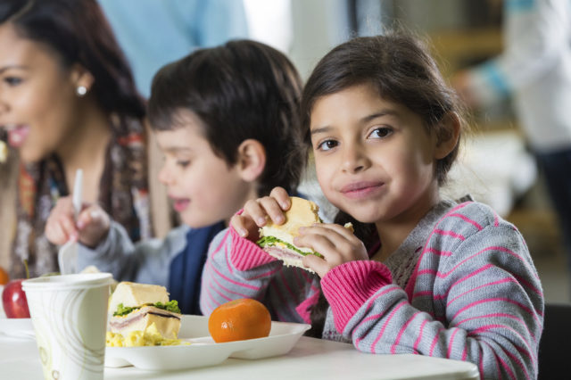 Alberta desarrolla el programa de nutrición escolar para alimentar a 33,000 niños en toda la provincia