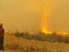 ¡Increíble! Tornado de fuego arrebata la manguera de un bombero en B.C.