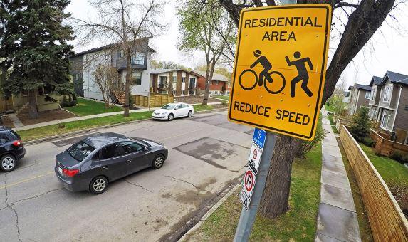 Calgary busca ajustar límite de velocidad a 30 km/h en calles residenciales