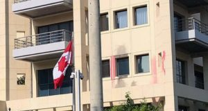 Embajada canadiense en Atenas atacada con martillos
