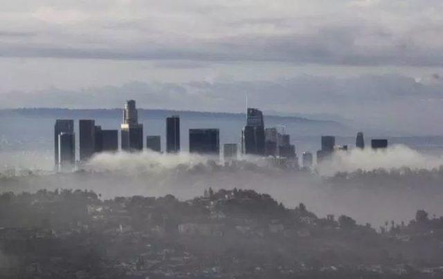 Poderosa tormenta de invierno en California deja sin energía eléctrica a más de 20,000 personas