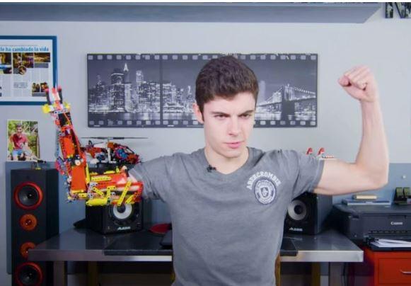 Joven construye una prótesis para su brazo usando legos