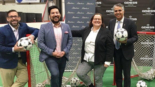 Ministro Miranda anuncia financiamiento para la modernización de la cancha de fútbol del Centro Génesis en Calgary.