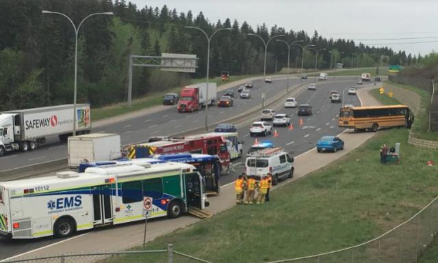 Autobús escolar choca contra un muro dejando a 11 estudiantes y al conductor heridos en Edmonton