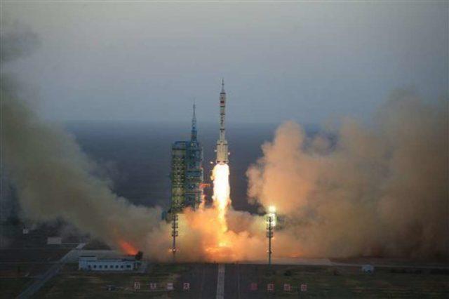 China lanza cohete desde plataforma móvil en el mar