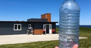 Conoce la casa construida con 600,000 botellas de plástico recicladas en Nueva Escocia
