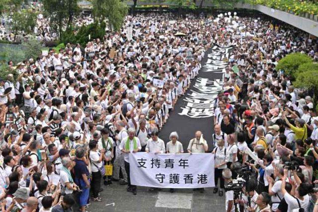 Cerca de 2.000 personas mayores de Hong Kong marchan en apoyo de jóvenes manifestantes